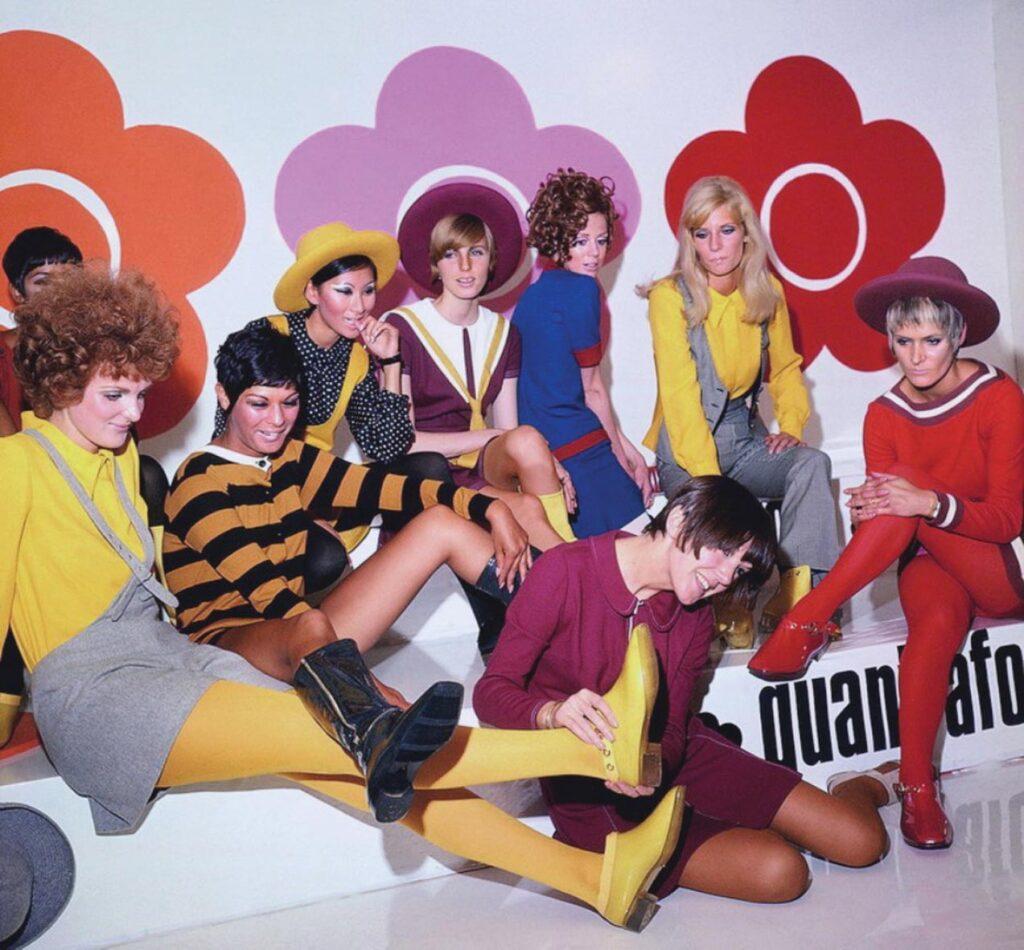 מרי קוואנט (על הרצפה, בשמלה בגוון בורדו) עם דוגמניות, 1967