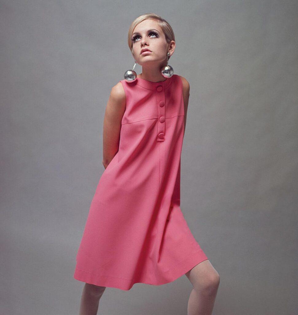 הדוגמנית טוויגי בשמלת מיני של קוואנט, 1966