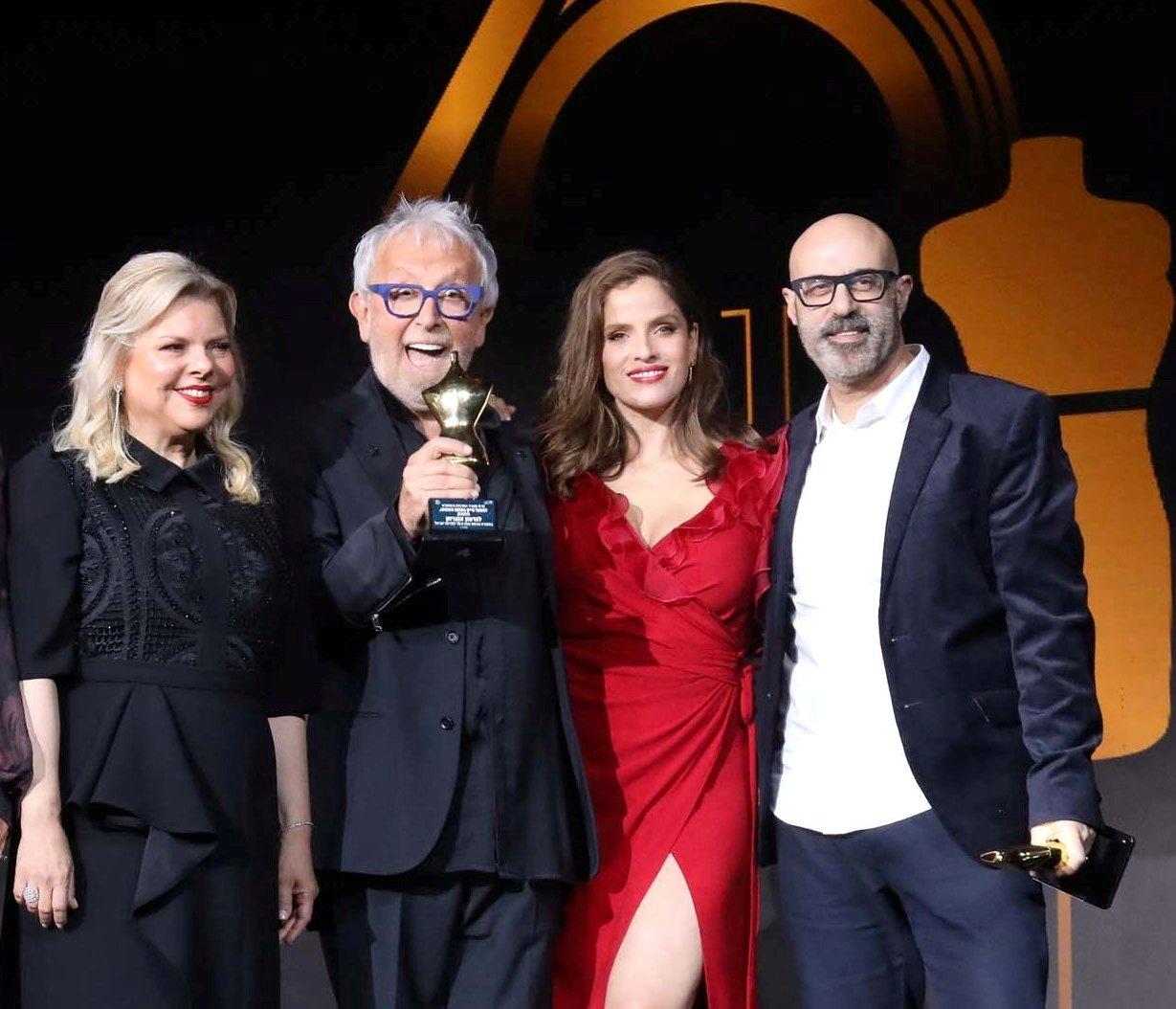 גדעון אוברזון עם הפסלון ביחד עם מירי רגב, שרה נתניהו ורונן חן