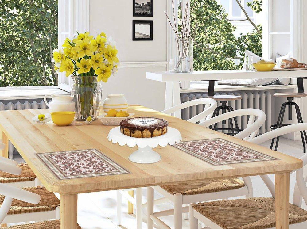 שולחן עם פרחים צהובים