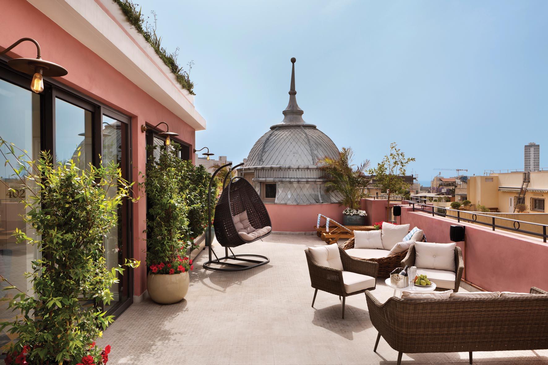 רהיטי אאוט-דור במרפסת הגג