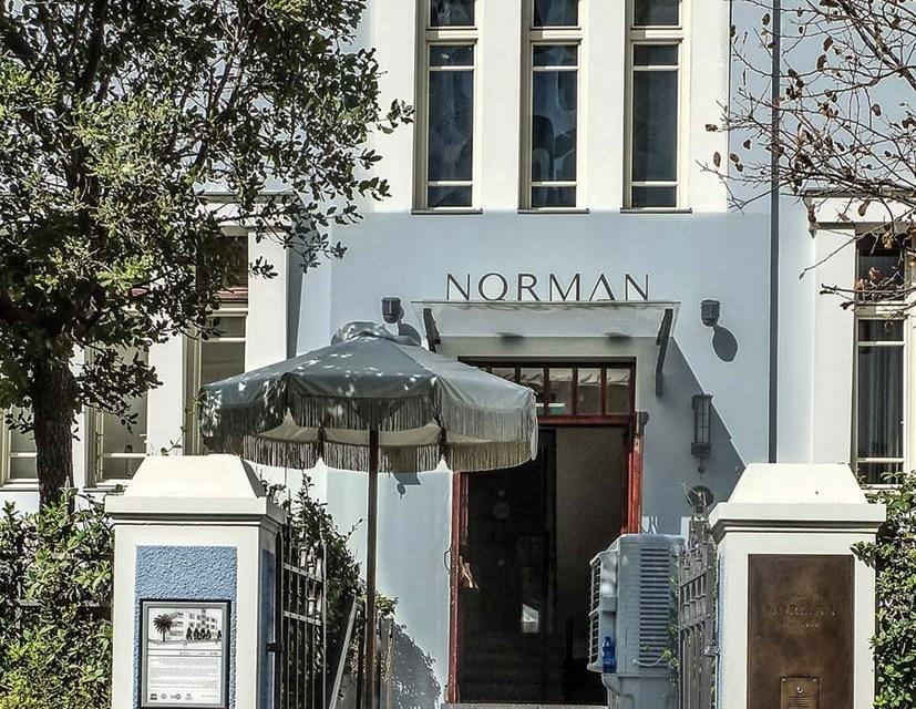 """הכניסה למלון """"דה נורמן"""""""