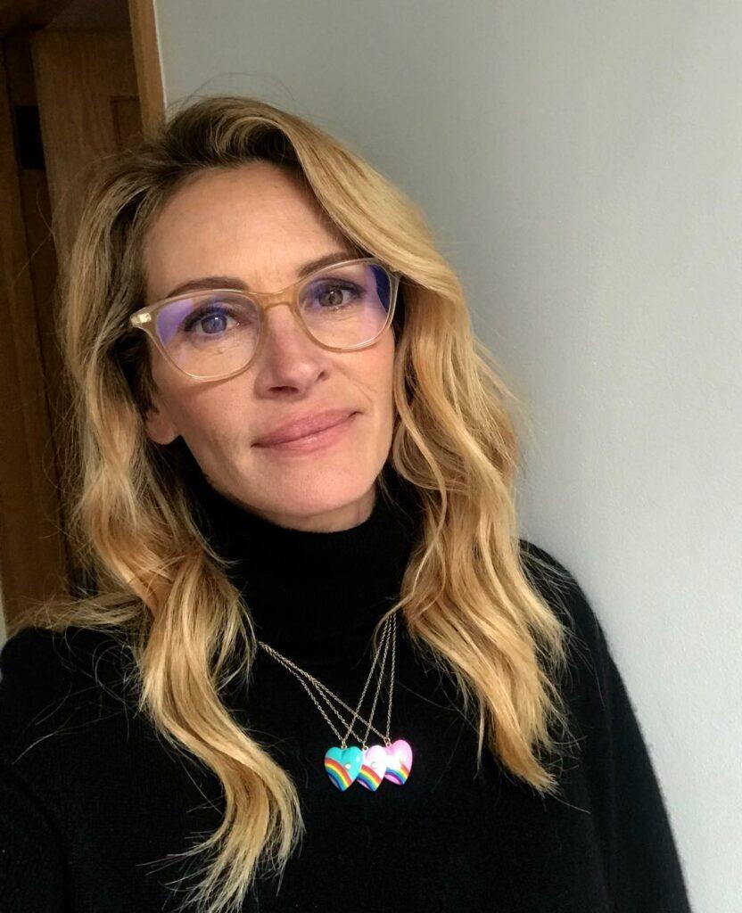 ג'וליה רוברטס, 51, עדיין אשה יפה, גם עם משקפי ראייה