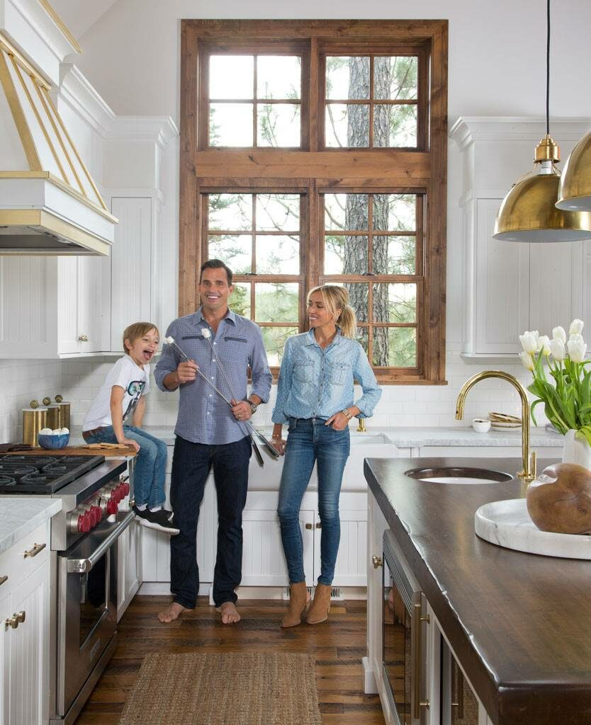 """ג'וליאנה וביל רנסיק עם בנם דיוק במטבח שנבחר כאחד היפים בעולם (צילום: """"ארכיטקטורל דייג'סט"""")"""