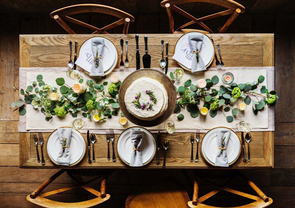 שולחן אוכל מעץ טבעי עם ראנר בגוון אבן