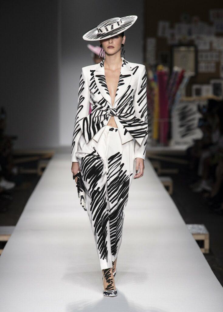 חליפת מכנסיים עם שרבוט קווים בשחור על לבן