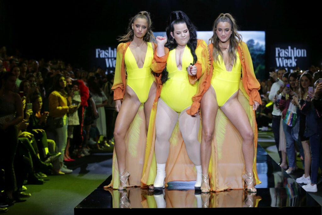 באסה סבבה: נטע ברזילי רוקדת עם נטע אלחמיסטר ונועה בני על מסלול שבוע האופנה