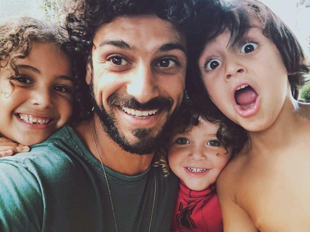 אביב אלוש ושלושת ילדיו
