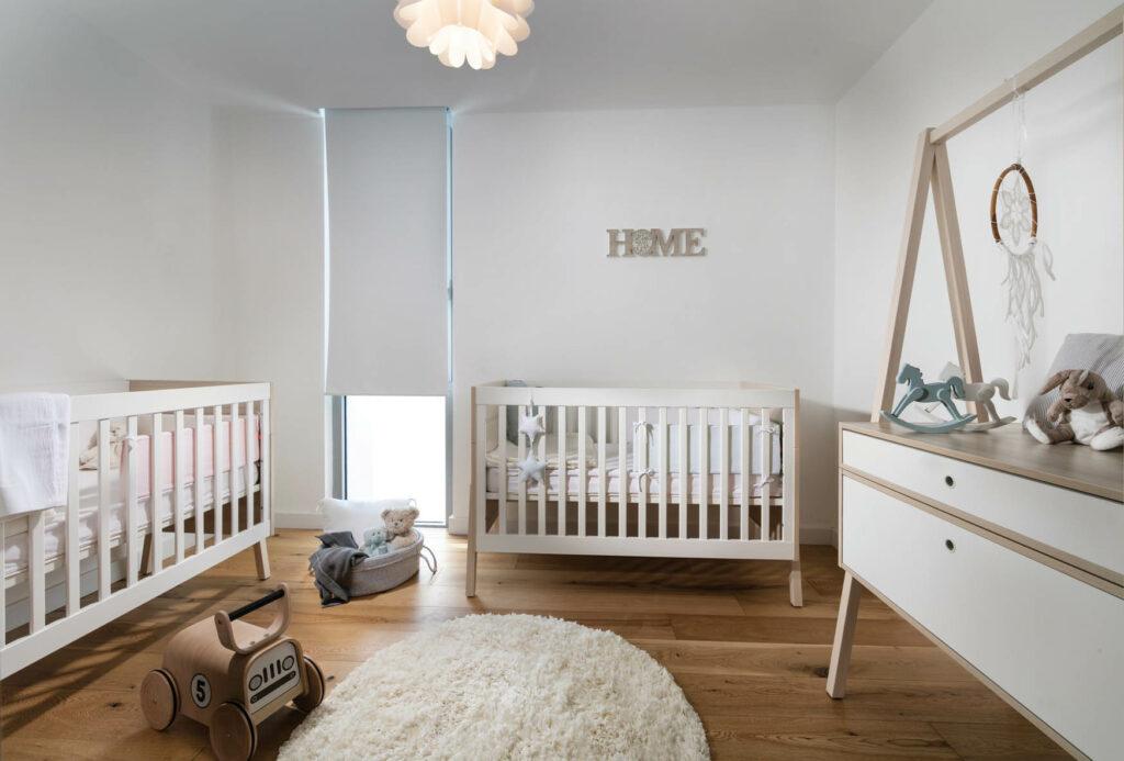 חדר ילדים לבן עם פרקט בגוון עץ שעוצב עבור הנכדים