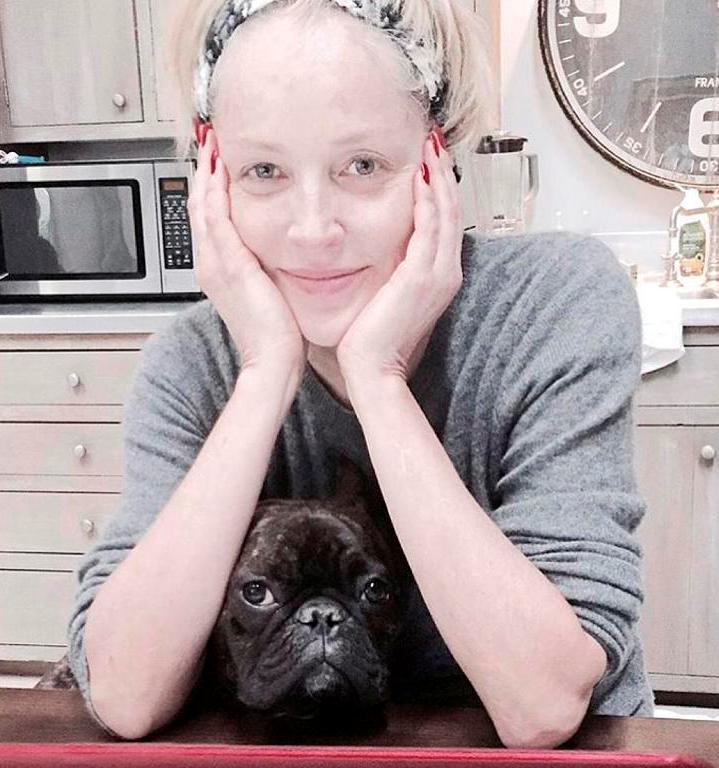 שרון סטון, 61, עם שיער אסוף שחושף הכל