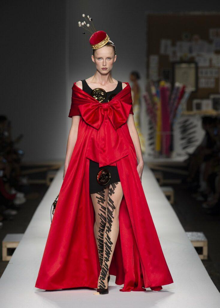 שמלת כרית הסיכות שכללה גלימה אדומה גדולה