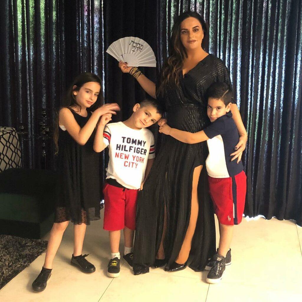 אופירה אסייג ושלושת ילדיה: אמלי, אריאל ואייל