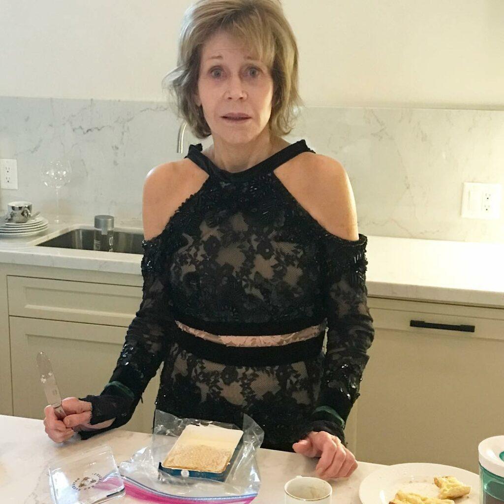 ג'יין פונדה, 81, בלי איפור בכלל, אבל עם שמלת ערב