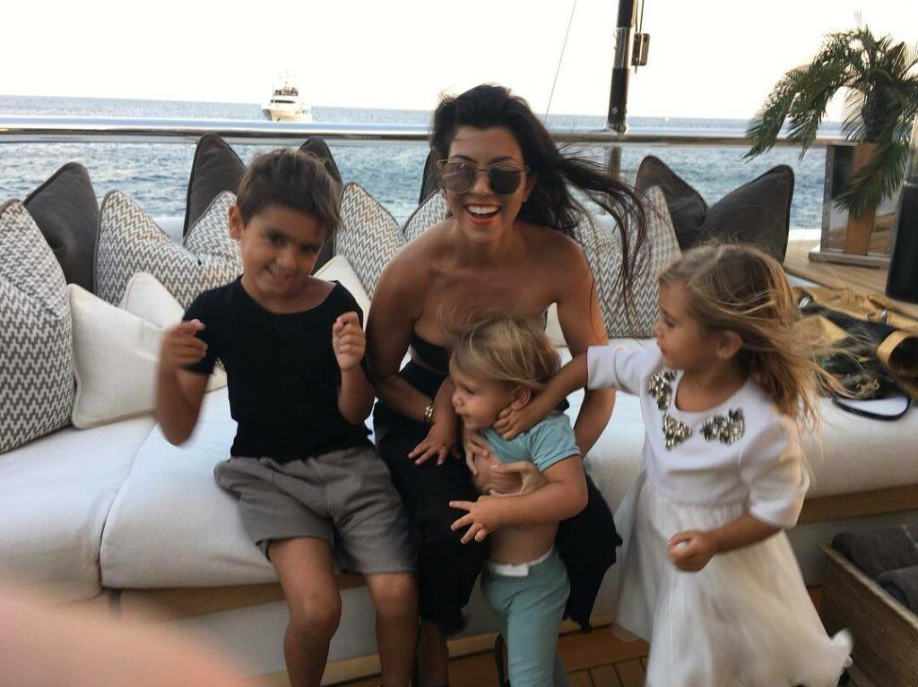 קורטני קרדשיאן ושלושת ילדיה: מייסון, פנלופה וריין