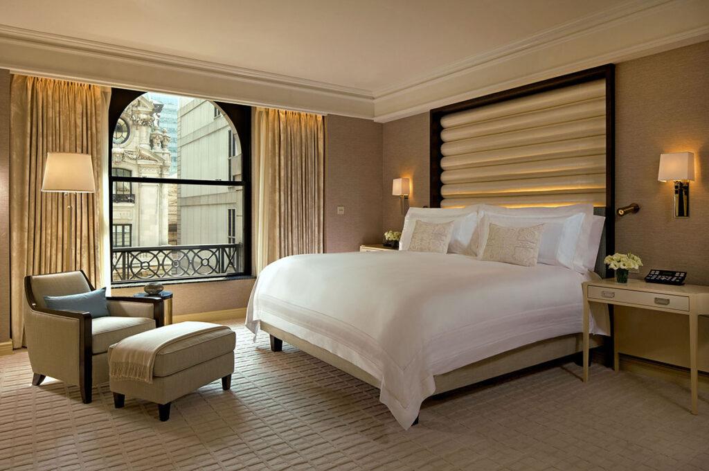 חדר שינה באחת הסוויטות במלון