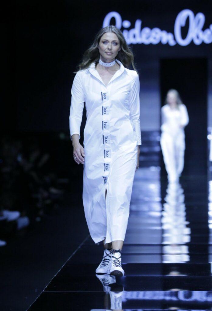 איבונה קרוגליאק, אקס מלכת יופי, בדגם לבן בעיצוב קארן אוברזון