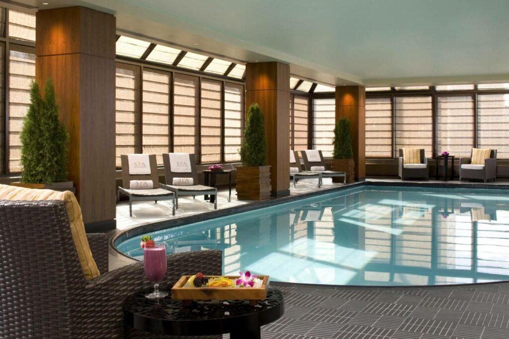 בריכת שחייה מקורה בספא של המלון