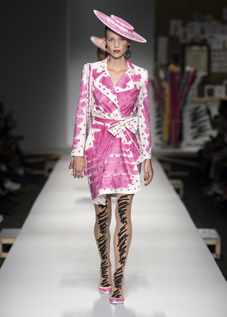שמלת מעטפת עם הדגשים ונקודות בוורוד