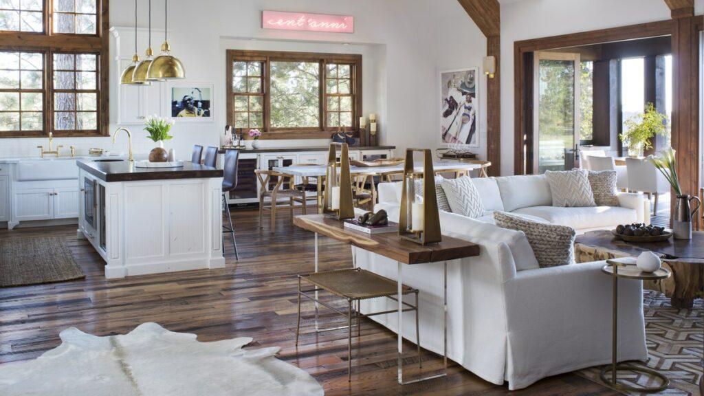 """ג'וליאנה וביל רנסיק הגדילו את החלל המרכזי של הבית על ידי זרימת המטבח ישירות לתוך פינת אוכל ולתוך פינת ההסבה (צילום: """"ארכיטקטורל דייג'סט"""")"""