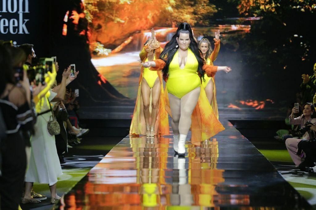 נטע ברזילי עולה על הבמה ומרימה את הקהל על הרגליים