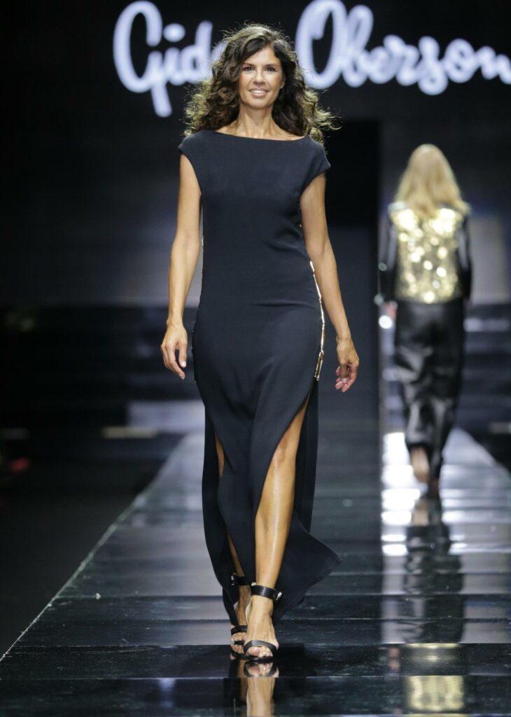 פזית כהן בשמלת ערב שחורה עם שני שסעים