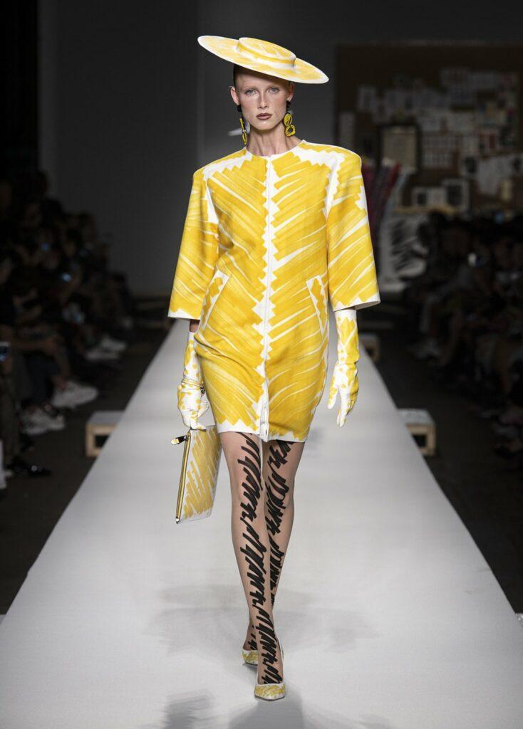 שמלה ואבזרים בהדגשים של צהוב ושחור