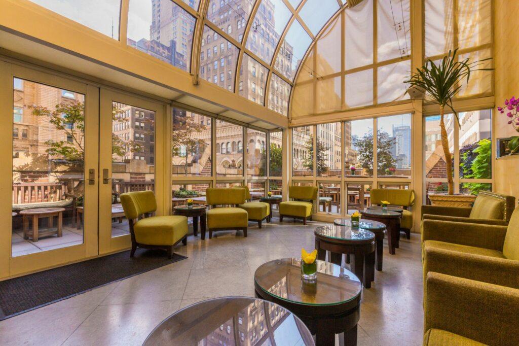 """הגן הפואטי במלון """"לייבררי"""" בניו-יורק"""