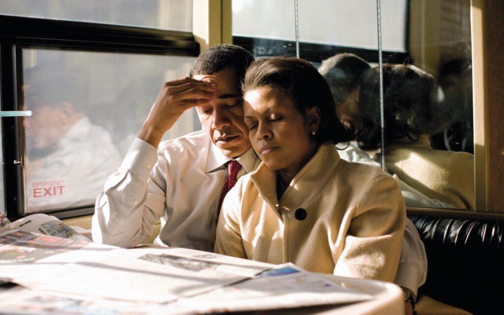 מישל תופסת תנומה במהלך מסע הבחירות המתיש בארצות-הברית