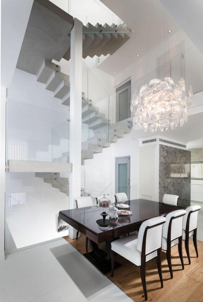 """מדרגות """"תלויות"""" באוויר עם מעקות זכוכית"""