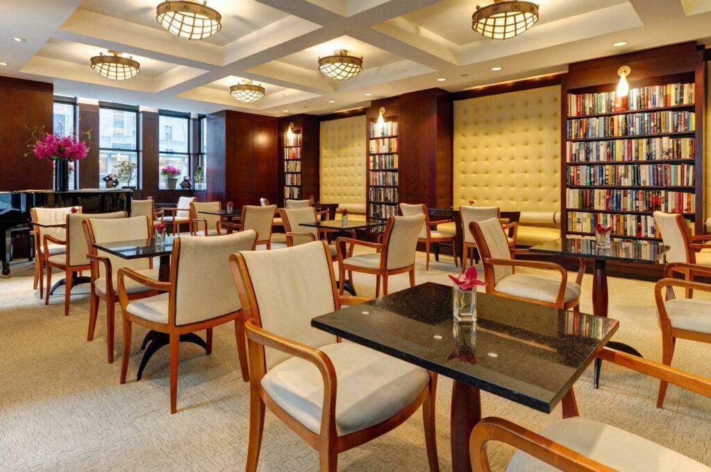הלובי במלון עם ספריות מסביב