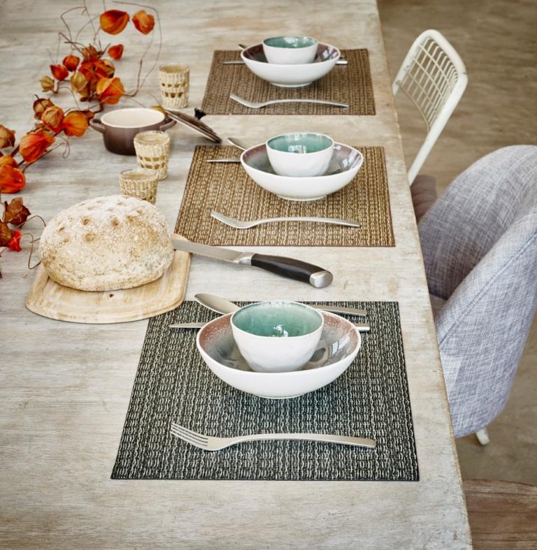 שולחן עץ טבעי בעיטור פרחים יבשים עם פלייסמנטים מרובעים בגוני חום וירוק