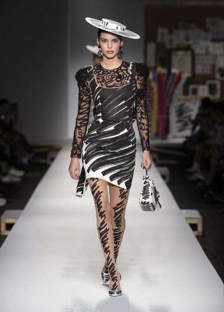 שמלה עם שרבוט שחור מעל טופ מעוטר