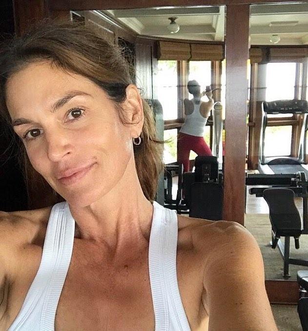סינדי קרופורד, 53, מזיעה כהוגן בחדר הכושר שלה