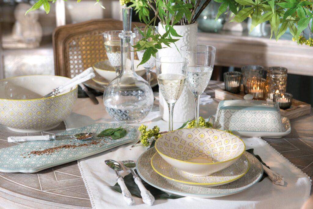 שולחן במראה טבעי באווירה מהודרת