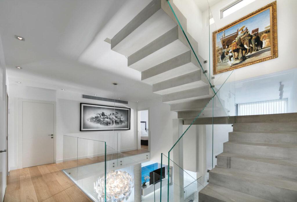 עבודות אמנות גדולות תלויות במעלה המדרגות