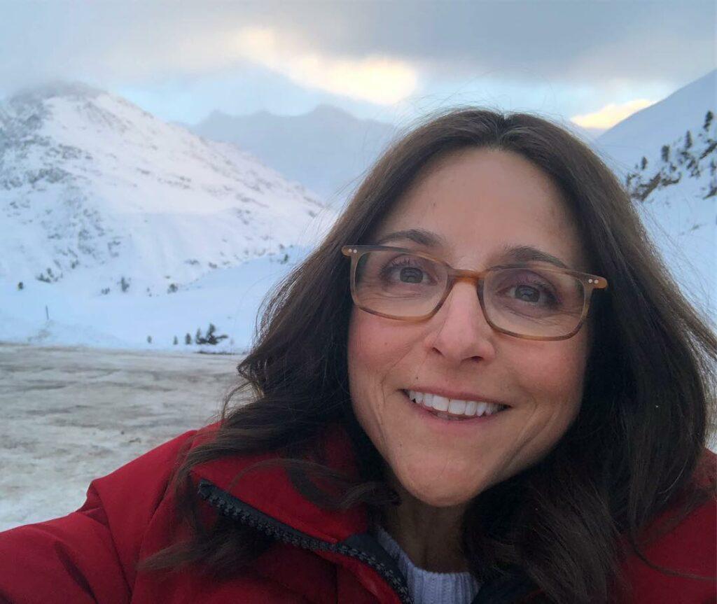 ג'וליה לואי-דרייפוס, 58, חושפת קמטי הבעה בכיף