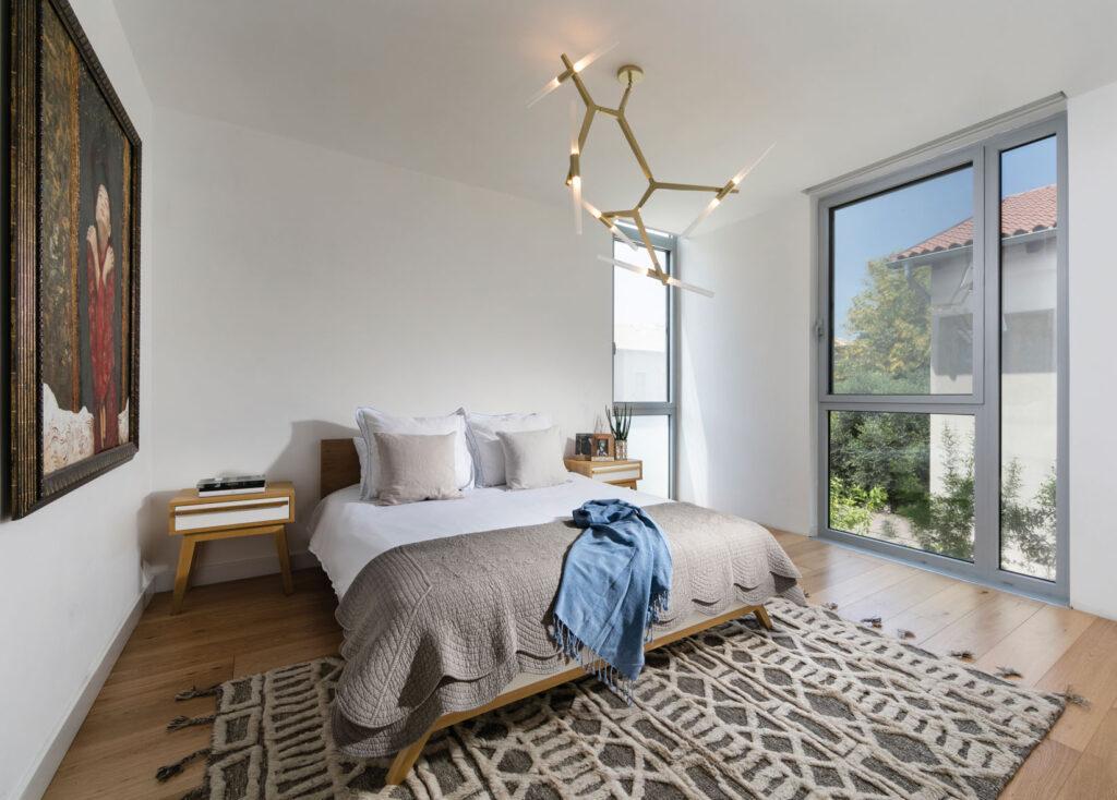 חדר האורחים בעליית הגג עם חדר רחצה ומרפסת שמש
