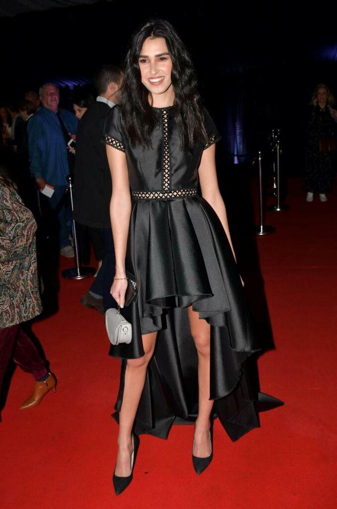 """רותם רבי, אקס מלכת יופי ו""""הישרדות"""", בשמלה אסימטרית שחורה"""