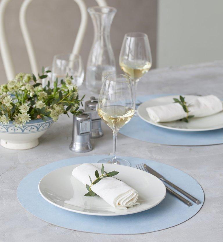 שולחן טבעי במראה רומנטי עם מפה לבנה