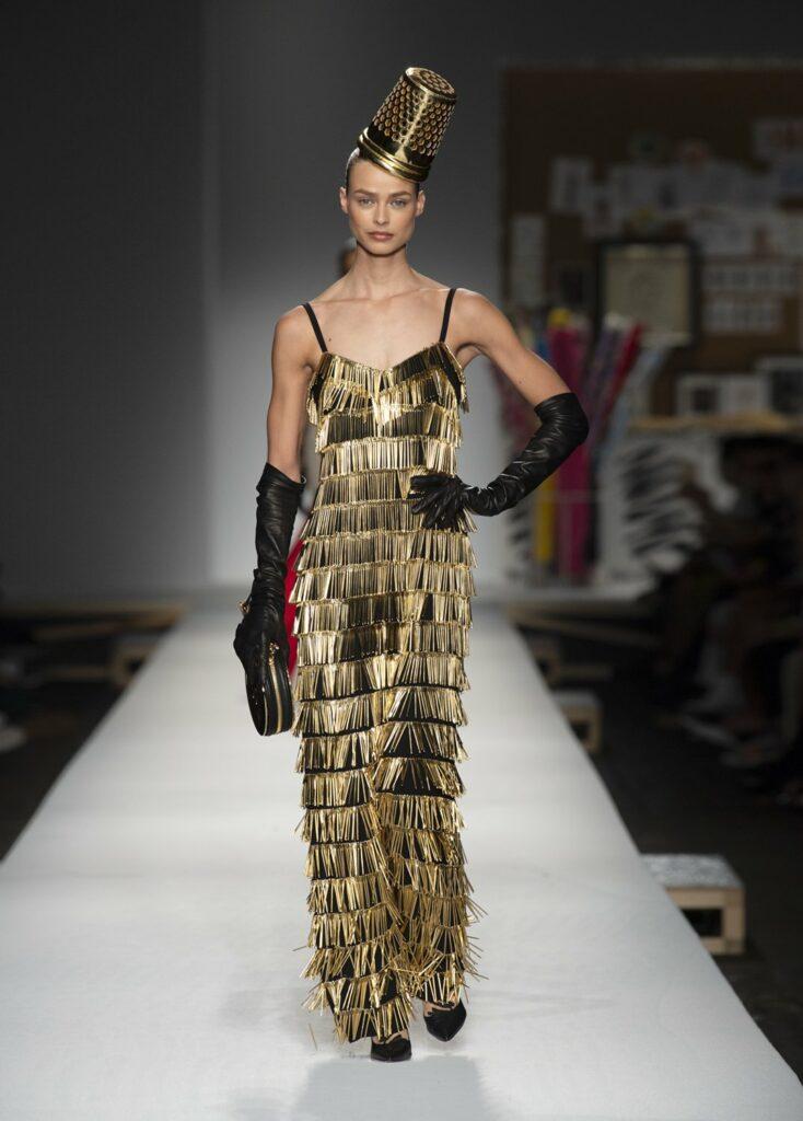 שמלת מחטים מוזהבת וכובעון שעיצב סטיבן ג'ונס