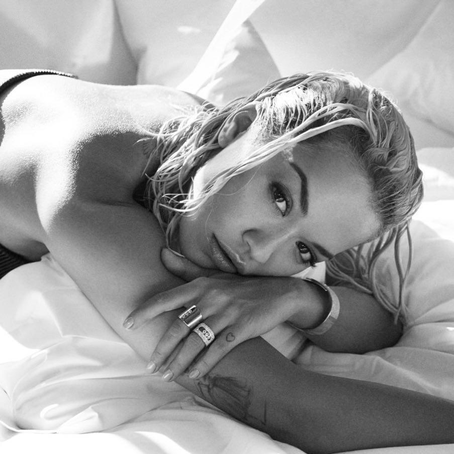 ריטה אורה חזרה למיטה עם שיער רטוב ומייק-אפ מתוקתק