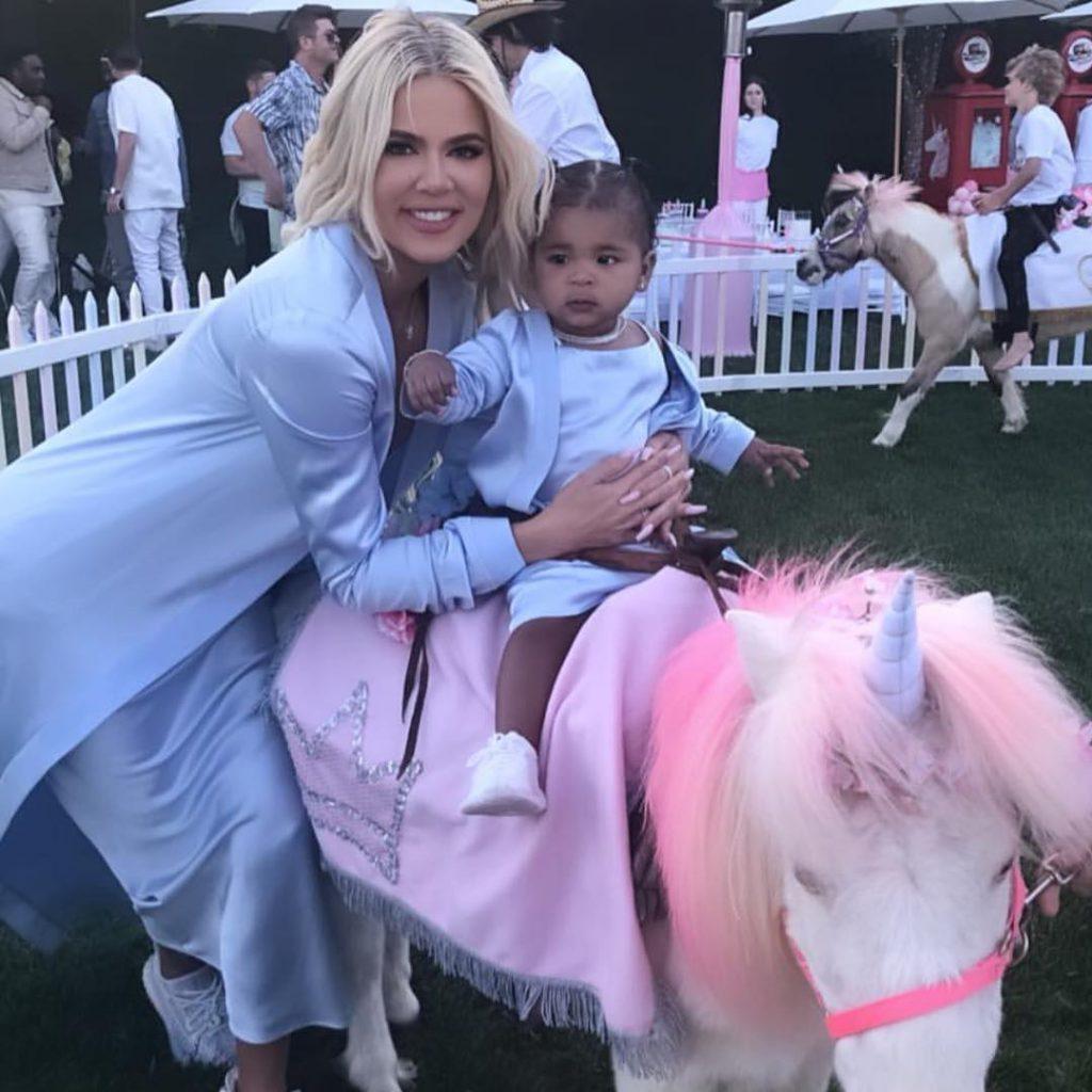קלואי עם בתה טרו הרוכבת על פוני