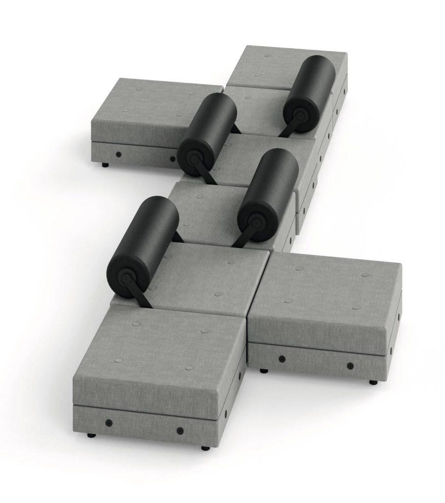 ספה מודולרית במראה קובייתי עם משענות גליליות הניתנות להתחבר לכל הצדדים, בעיצוב ז'אן-מישל וילמוט
