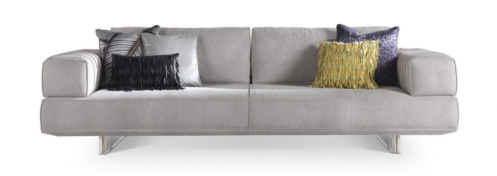 ספה אפורה עם כריות בהשראת עולם האופנה, בעיצוב רוברטו קוואלי הום