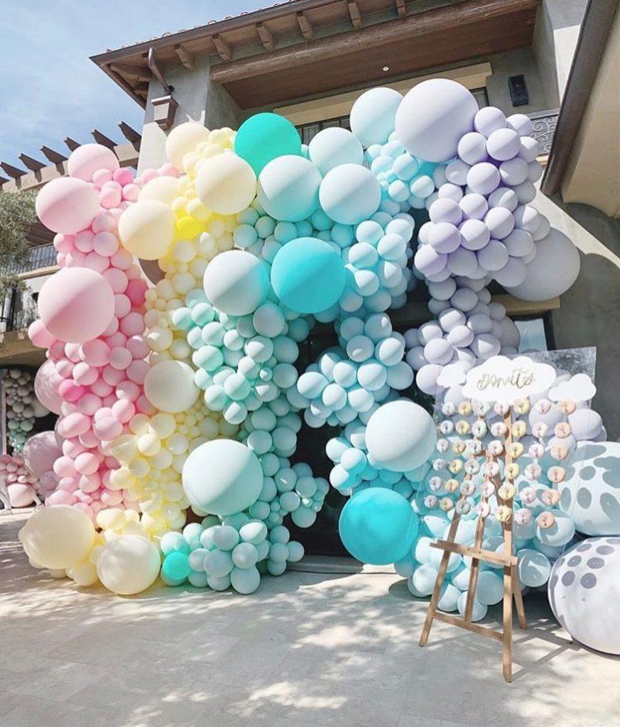 מאות בלונים בגן ביתה של קלואי