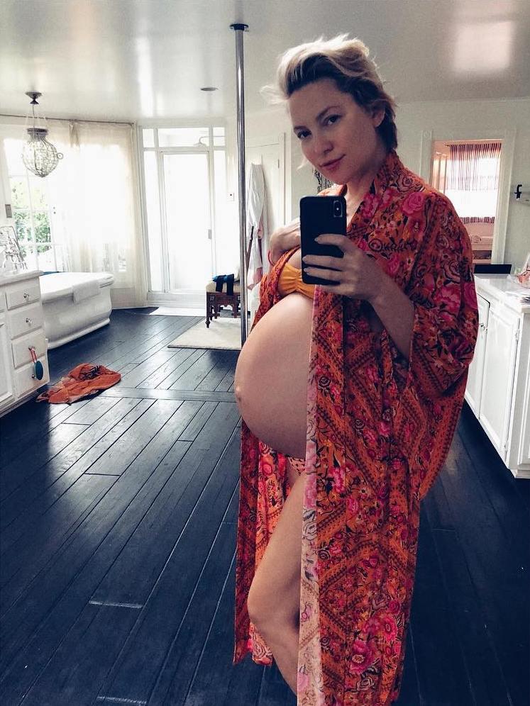 קייט הדסון בתום ההריון השלישי שלה בגיל 39 וחצי
