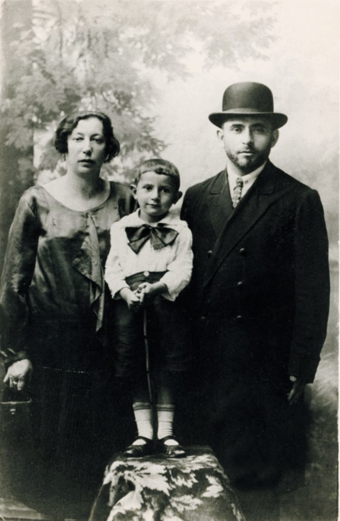 אבי בן שלוש עם הוריו, בלומה ופנחס אוסקובסקי זל, 1926