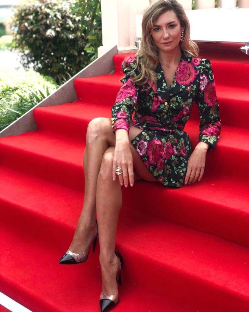 מיכל אנסקי על מדרגות השטיח האדום בפסטיבל קאן