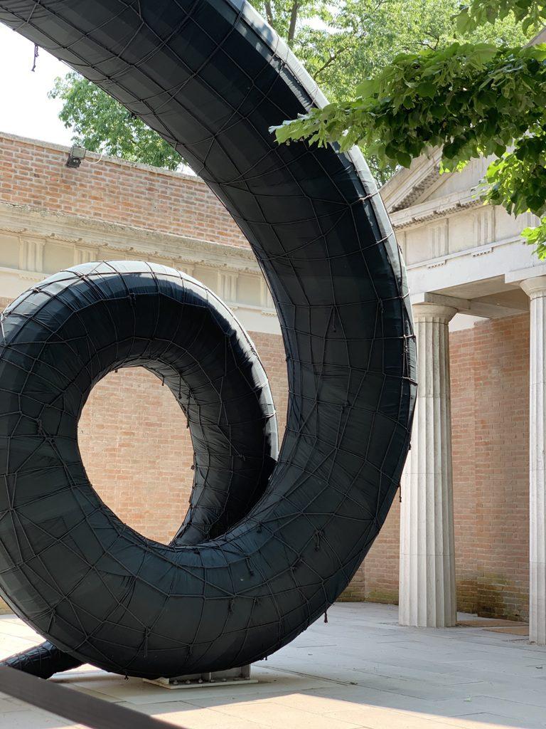 פסל שבלול ענק בכניסה לביתן האמריקאי