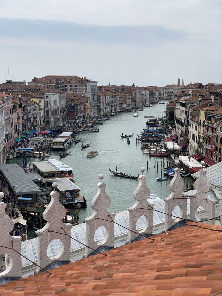 נוף עוצר נשימה על ונציה מגג בית הכלבו האופנתי